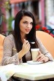 vrouw het drinken thee in een koffie in openlucht Stock Foto