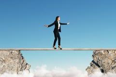 Vrouw het in evenwicht brengen tussen klippen stock fotografie