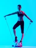 Vrouw het exercsing Stepper geïsoleerde geschiktheidsexercices Royalty-vrije Stock Foto's