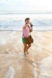 Vrouw het gelukkige schieten op het strand royalty-vrije stock fotografie