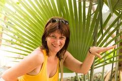 Vrouw het gesturing met handen die bij camera glimlachen Royalty-vrije Stock Fotografie