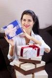Vrouw het glimlachen en houdt giftdoos Royalty-vrije Stock Foto's