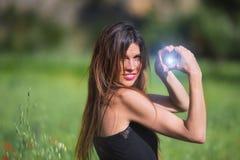 Vrouw het glimlachen Hartsymbool met binnen gloed wordt gevormd die Liefde, natu stock afbeeldingen