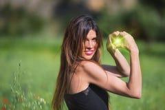 Vrouw het glimlachen Hartsymbool met groene binnen gloed wordt gevormd die Liefde stock afbeelding