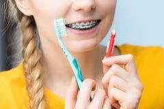 Vrouw het glimlachen schoonmakende tanden met steunen Stock Afbeeldingen