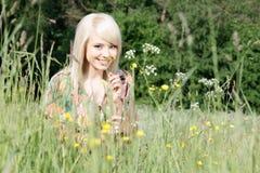 Vrouw in het gras royalty-vrije stock foto's