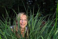 Vrouw in het gras Royalty-vrije Stock Foto