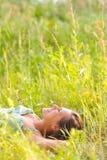 Vrouw in het gras Royalty-vrije Stock Afbeelding