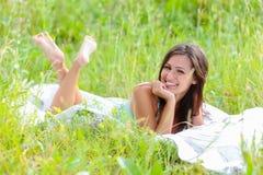 Vrouw in het gras Stock Fotografie
