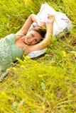 Vrouw in het gras Stock Afbeeldingen