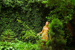 Vrouw in het groene park Royalty-vrije Stock Foto's