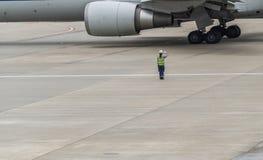 Vrouw het groeten vliegtuig stock foto's