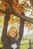 Vrouw het hangen op tak Royalty-vrije Stock Foto's
