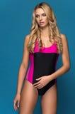 Vrouw in het heldere zwempak royalty-vrije stock afbeeldingen
