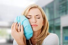 Vrouw het hijsen tandpijn Stock Fotografie