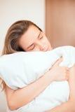 Vrouw in het hoofdkussen van bedomhelzingen, slaap of in liefde royalty-vrije stock foto's