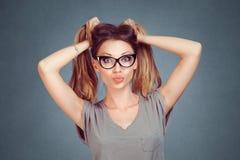 Vrouw het houden aan het haar die grimas op gezicht tonen toot lippen die kus blazen stock afbeeldingen