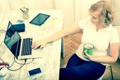 Vrouw in het huisbureau royalty-vrije stock foto