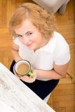 Vrouw in het huisbureau stock afbeeldingen