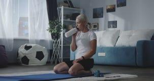 Vrouw het hydrateren na huistraining stock footage