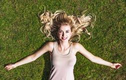 Vrouw het kalmeren op gras royalty-vrije stock afbeelding