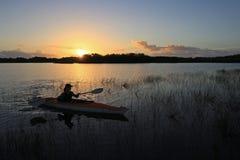 Vrouw het kayaking in het Nationale Park van Everglades royalty-vrije stock foto