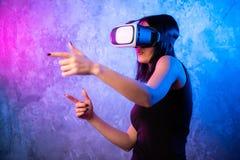 Vrouw het kijken met VR-apparaat en het voelen wekken op stock foto's