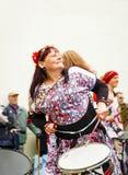 Vrouw in het kleurrijke uitrusting spelen op een trommel royalty-vrije stock foto