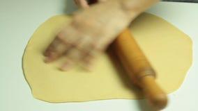 Vrouw het koken en het uitrekken zich deeg met deegrol stock video