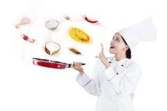 Vrouw het koken met magisch in studio Stock Afbeeldingen
