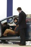 Vrouw het kopen auto. royalty-vrije stock afbeeldingen