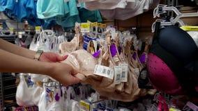 Vrouw het kopen bustehouder stock video