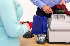 Vrouw het kopen giften voor een man Stock Foto