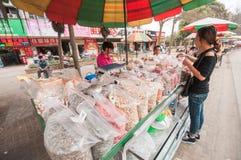 Vrouw het kopen verscheidenheden van noten in box royalty-vrije stock fotografie