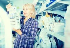 Vrouw het kopen voedsel voor huisdieren in winkel voor dier royalty-vrije stock foto's