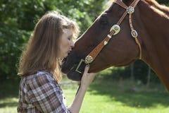 Vrouw het kussen paard Royalty-vrije Stock Afbeeldingen