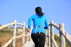 Vrouw het lanceren aan bergpiek Royalty-vrije Stock Fotografie