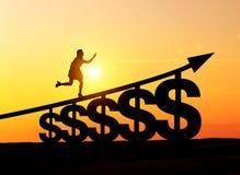 Vrouw het lanceren de treden van dollartekens in woestijn Stock Foto's