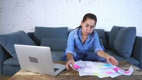 Vrouw het leiden rekeningen en financiën stock videobeelden