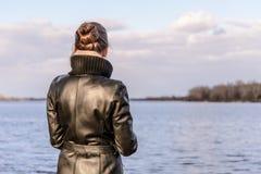 Vrouw het Letten op stock afbeeldingen