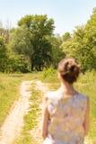 Vrouw het Letten op aan de Bomen royalty-vrije stock foto's