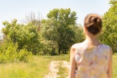 Vrouw het Letten op aan de Bomen royalty-vrije stock afbeeldingen