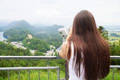 Vrouw het letten op bij het mooie landschap Stock Afbeeldingen