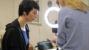 Vrouw het letten op op de achtergrond van ronde illuminator stock videobeelden
