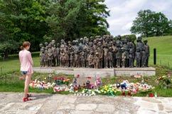 Vrouw het letten op op gedenkteken van slachtoffers van de oorlog in Lidice Stock Foto