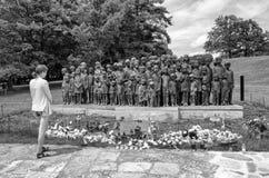 Vrouw het letten op op gedenkteken van slachtoffers van de oorlog in Lidice Stock Foto's