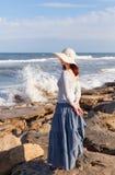 Vrouw het letten op golven stock afbeelding