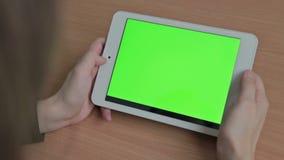 Vrouw het letten op video's op tablet, het groene scherm stock video