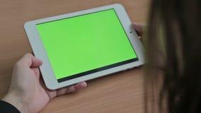 Vrouw het letten op video's op tablet, het groene scherm stock footage