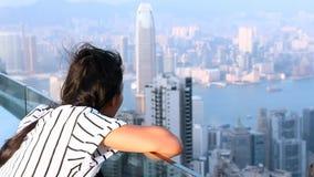 Vrouw het letten op zonsondergang over Hong Kong stock footage